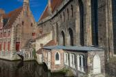 Historical houses along the canal (Bruges) — Stock Photo