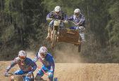 Překonání obzoru skok v závodě přívěsného vozíku — Stock fotografie