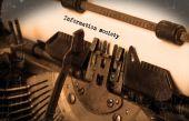 Vecchia macchina da scrivere con carta — Foto Stock