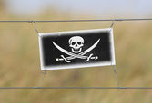 Border fence - Old plastic sign with a flag — Photo