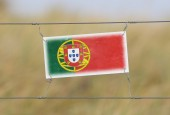 Border fence - Old plastic sign with a flag — Stock fotografie