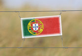 Border fence - Old plastic sign with a flag — Stock Photo