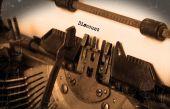 Gammal skrivmaskin med papper — Stockfoto