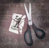 Concept d'addiction, carte avec des ciseaux — Photo