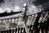 0 a rovné kladivo - starý ruční psací stroj - záhada kouře — Stock fotografie