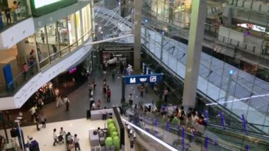 People are taking escalators in the shopping mall — Stock Video