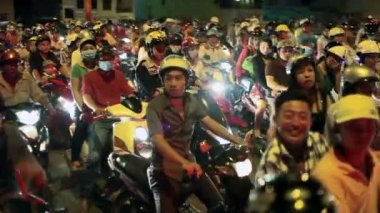 Vietnamese people are riding bikes — Stock Video