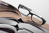 Libro con un occhiale — Foto Stock