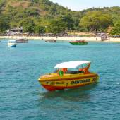 Beautiful beach with motor boat at Larn island, Thailand — Photo