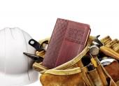Bíblia e cinto de ferramentas carpinteiros com capacete branco — Fotografia Stock