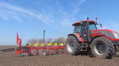 Tractor sowing and cultivating field — Stock Video