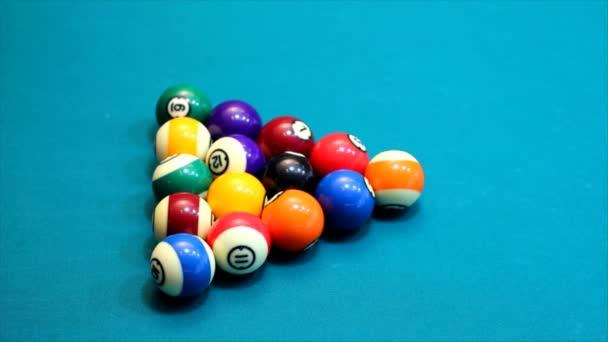 Bolas de billar en mesa de billar — Vídeo de stock