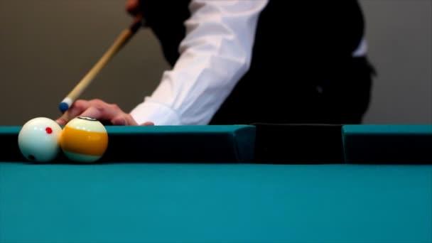 Hombre jugando billar — Vídeo de stock