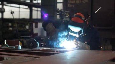 Worker weld steel plate — Stock Video
