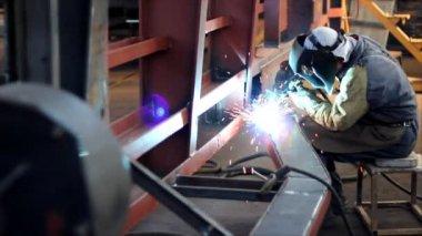 Worker cutting metal — Stock Video