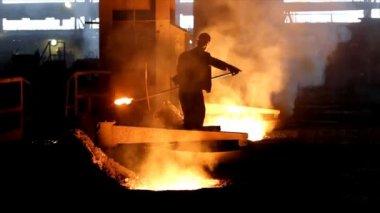 Ciężka praca w odlewni, topnienia żelaza — Wideo stockowe