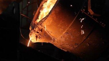 Odlewnicze, ciężkiej pracy odlewania topnienia żelaza — Wideo stockowe