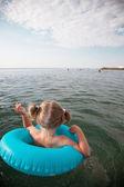 Маленькая девочка плавание — Стоковое фото