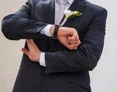 Sposo esamina il suo orologio — Foto Stock