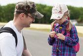 Little girl tells fortunes by daisy — Stok fotoğraf