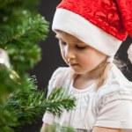 meisje versiert de kerstboom — Stockfoto #64765649