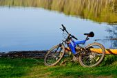 Bicycle on the bank of a lake — Stock Photo