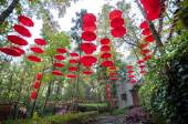 Red umbrellas hanging in a garden on Nanhuashan, Fenghuang ancient village, China — Stock Photo
