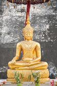 Gold Buddha statue at Wat Chedi Luang, Chiang Mai, Thailand — Stock Photo