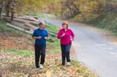 пожилые пары пробежек — Стоковое фото