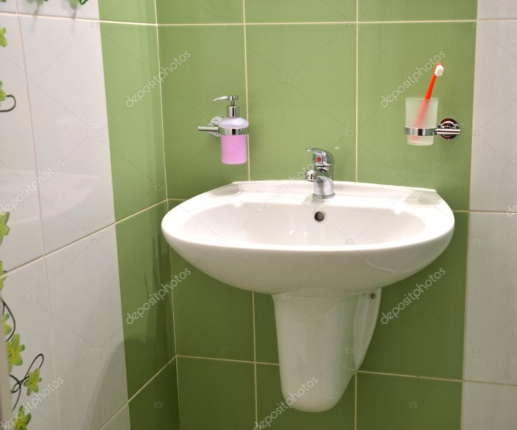 Lavabo blanc, réservoir de savon et brosse à dents en verre blanc ...