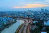 Ho Chi Minh City evening  with the road, canal, traffic, houses across the east-west avenue ( Vo Van Kiet Street) — Stock Photo