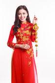 Güzel Vietnamca kadın kırmızı ao dai şanslı tutan nesne için süslemeleri ile ay yeni yıl kutlamak — Stok fotoğraf