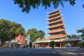 Vietnam National Pagoda ( Vietnam Quoc Tu ) located at 3-2 street, district 10. This is a famous pagoda at Ho Chi Minh City. — Стоковое фото