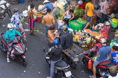 People trading (buy and sell) at street market. Street market is very popular in Vietnam — Foto Stock