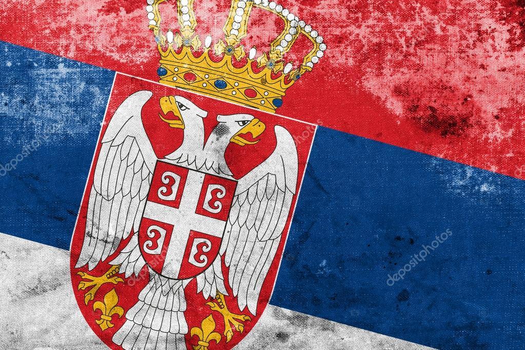 塞尔维亚国旗与葡萄酒和老看 - 图库图片