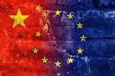 China e União Europeia bandeira pintada na parede do grunge — Fotografia Stock