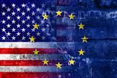 グランジの壁に描かれたアメリカ合衆国と欧州連合の旗 — ストック写真