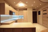 Beyaz led aydınlatma ile modern lüks mutfak — Stok fotoğraf