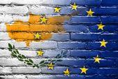 Bandera de Chipre y la Unión Europea pintado en la pared de ladrillo — Foto de Stock
