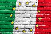 レンガの壁に描かれたイタリアそして欧州連合の旗 — ストック写真