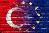 флаг европейского союза и турции окрашены на кирпичной стене — Стоковое фото