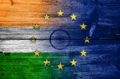 India and European Union Flag painted on old wood plank texture — Stock Photo
