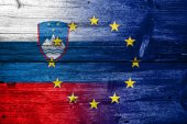 Slovenia and European Union Flag painted on old wood plank texture — Stock Photo