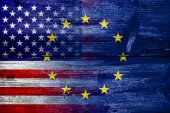 United States and European Union Flag painted on old wood plank texture — Foto Stock