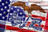 Usa i Iowa państwa bandery malowane na mur z cegły — Zdjęcie stockowe
