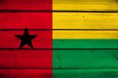 Guinee Bissau vlag op hout achtergrond — Stockfoto