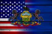сша и пенсильвания заявляют флаг на деревянном фоне — Стоковое фото