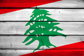 Bandeira de Líbano em fundo madeira — Fotografia Stock