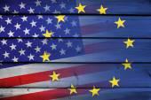 アメリカ合衆国とウッドの背景に欧州連合の旗 — ストック写真