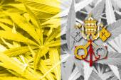 Bandiera della città del Vaticano su sfondo di cannabis. Politica della droga. Legalizzazione della marijuana — Foto Stock